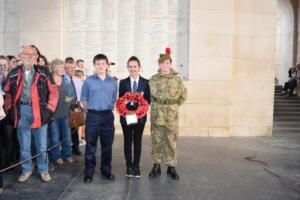 Britse Jongeren leggen Poppies krans